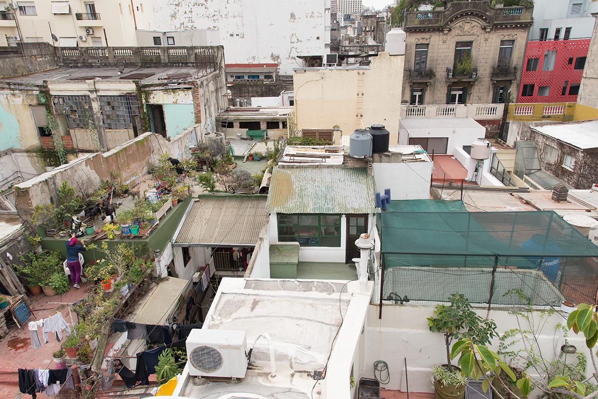 výhled na střechy v zastavěném vnitrobloku